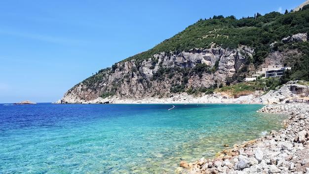 Costa del mar adriático en petrovac, montenegro Foto gratis