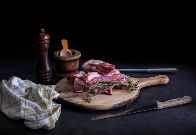 Costillas de cerdo crudas con romero Foto Premium