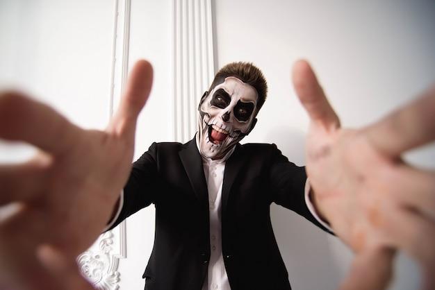 Cráneo conforman retrato de hombre joven. arte de cara de halloween Foto Premium
