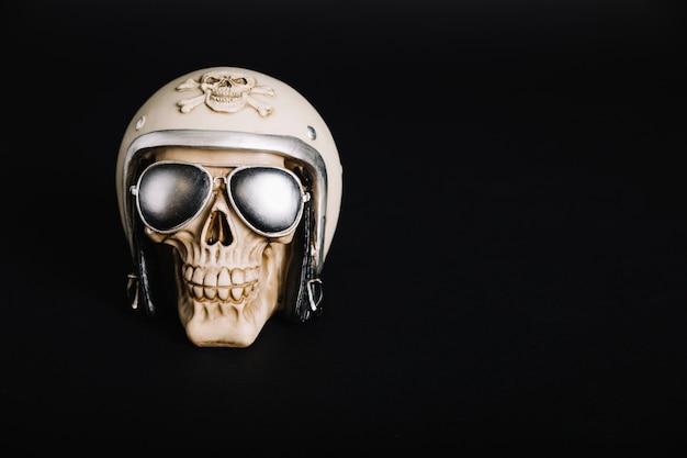 Cráneo humano con casco y gafas de sol | Descargar Fotos gratis