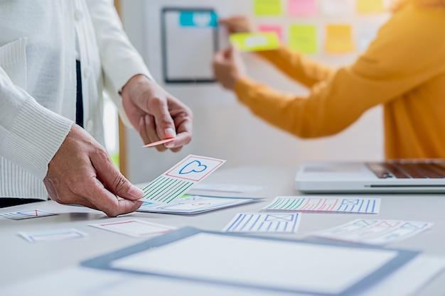 Creative web designer planea la aplicación y desarrolla el diseño de plantillas. Foto Premium