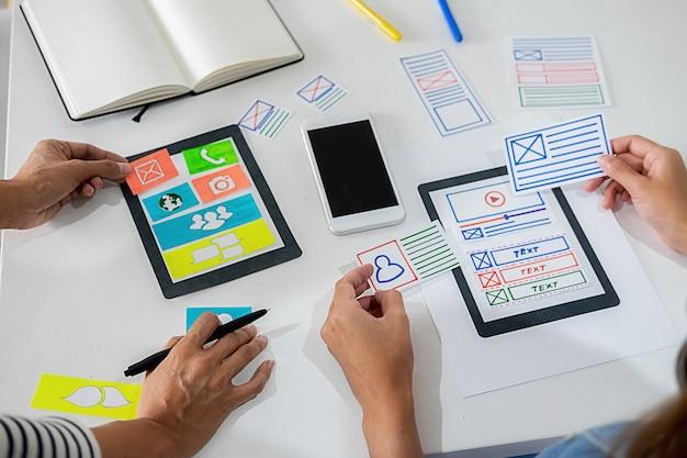 Creative web designer planeando la aplicación y desarrollando el diseño de la plantilla, Foto Premium
