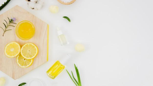 Crema de belleza con elementos naturales Foto gratis