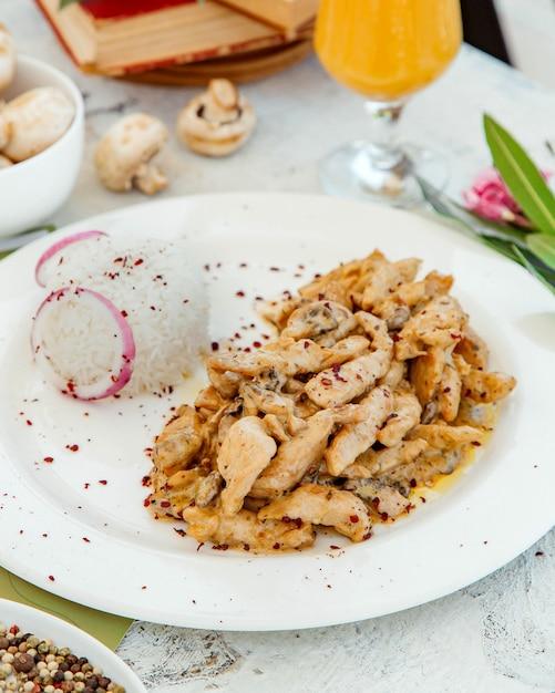 Cremoso de pollo y champiñones servido con arroz Foto gratis