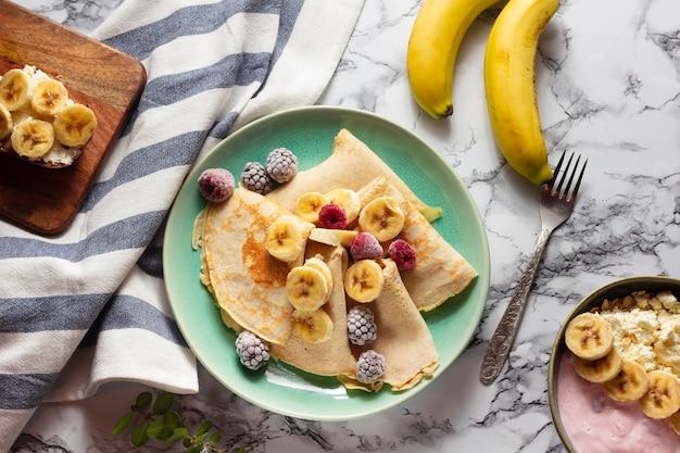 Crepas planas con mezcla de frutas Foto gratis