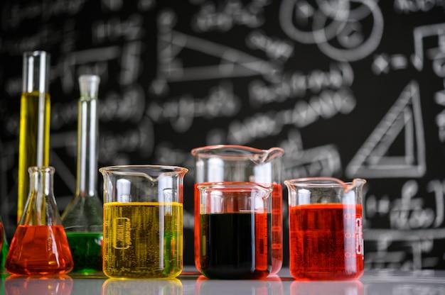 Cristalería de laboratorio con líquidos de diferentes colores. Foto gratis