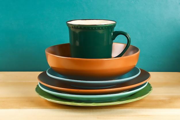 Cristalería. platos de vidrio, tazas, cuencos. platos en el estante. batería de cocina. Foto Premium