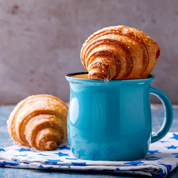 Croissant y café con leche. desayuno recién horneado. Foto Premium