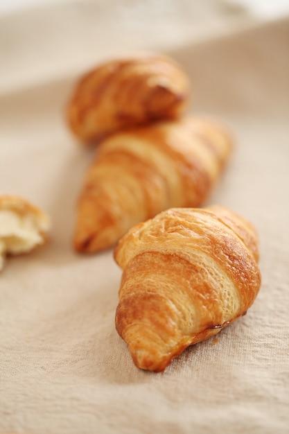 Croissants franceses frescos sobre un mantel Foto gratis
