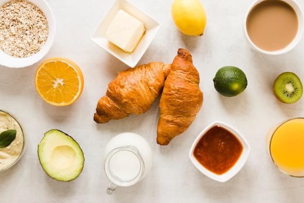 Croissants planos con mantequilla y mermelada Foto gratis