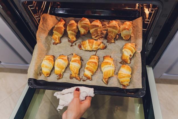 Croissants recién horneados en el horno. Foto Premium