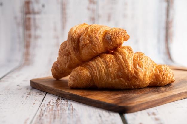 Croissants en una tabla para cortar madera. Foto gratis