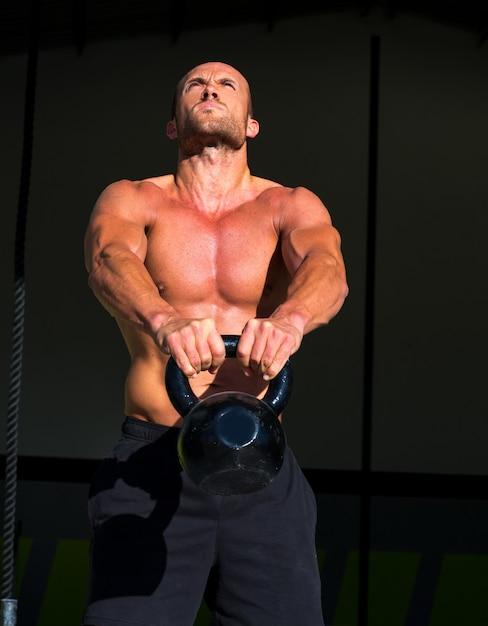 Crossfit kettlebells swing ejercicio hombre entrenamiento Foto Premium