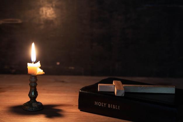 Cruz de madera recostada sobre una biblia Foto gratis