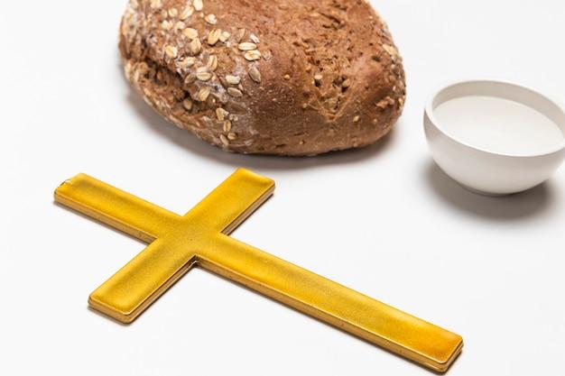 Cruz de primer plano con pan y agua Foto gratis