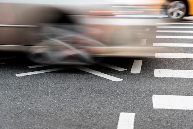 Cruzando coches en la carretera closeup Foto gratis