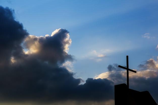 Cruzar contra el fondo del cielo. concepto religioso Foto Premium