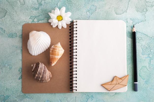 Cuaderno abierto con elementos marinos Foto Premium