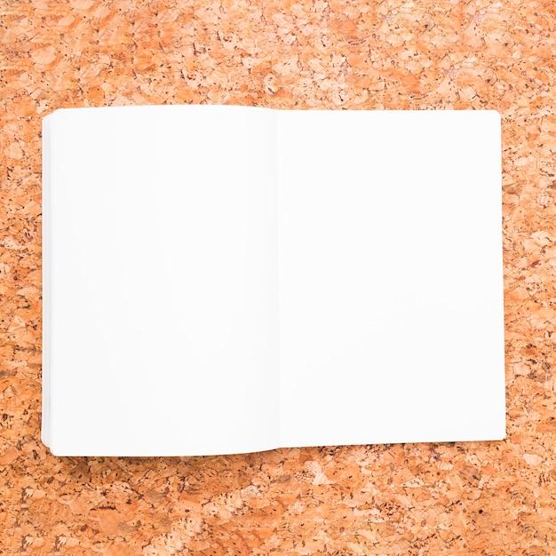 Cuaderno abierto en escritorio Foto gratis