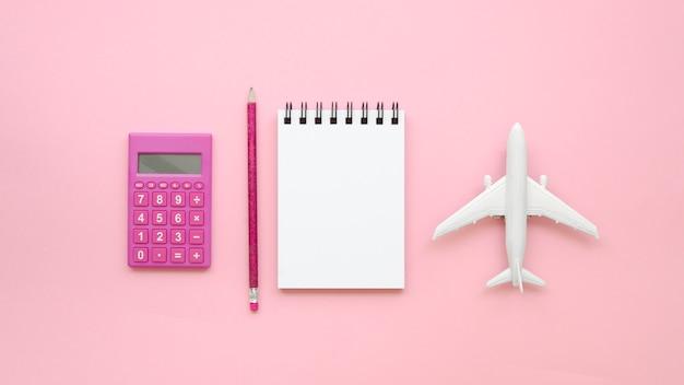 Cuaderno al lado del avión de juguete Foto gratis