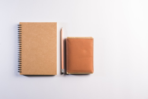 Cuaderno en blanco en el espacio de trabajo Foto gratis