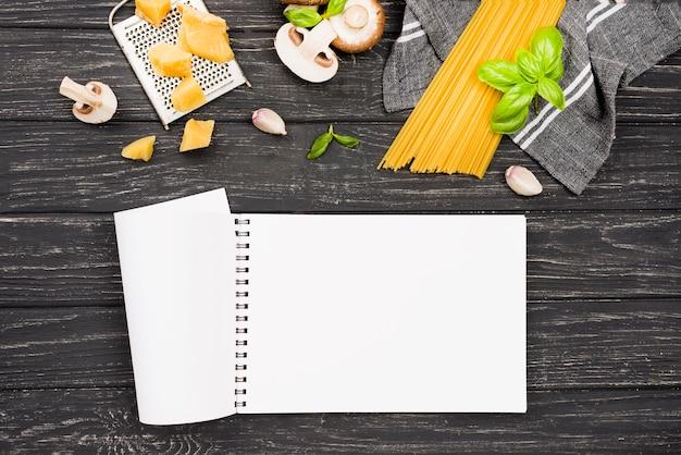 Cuaderno y espagueti con champiñones Foto gratis