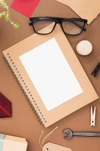 Cuaderno y gafas Foto Premium