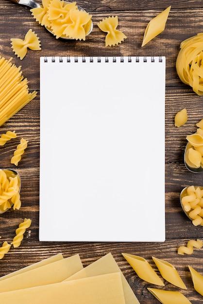 Cuaderno y pasta Foto gratis