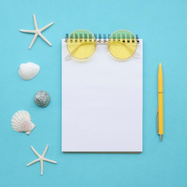 Cuaderno plano y herramientas de viaje Foto gratis
