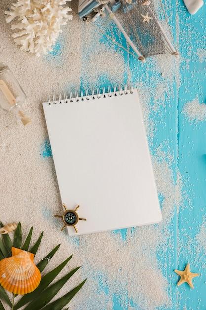 Cuaderno plano laico con concepto verano. Foto gratis