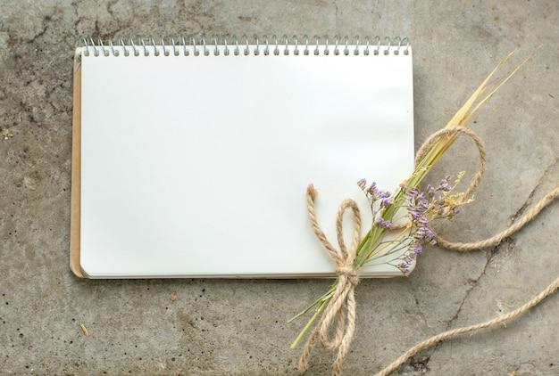 Cuaderno rústico vintage sobre hormigón en bruto, plano, copyspace Foto Premium