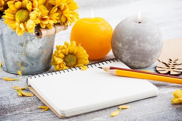 Cuaderno vacío y crisantemo Foto Premium