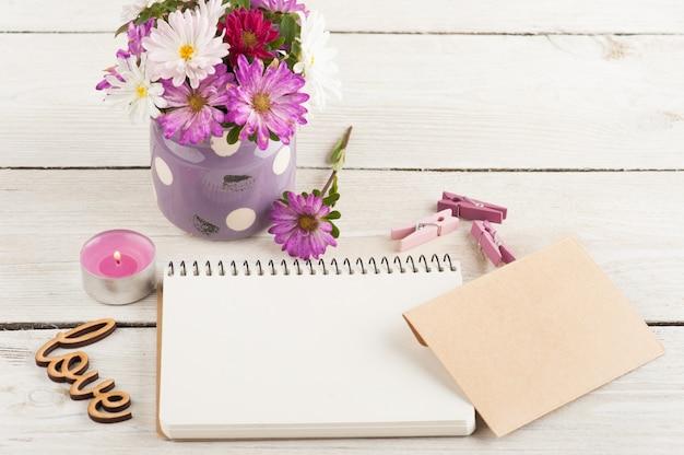 Cuaderno vacío, vela encendida Foto Premium
