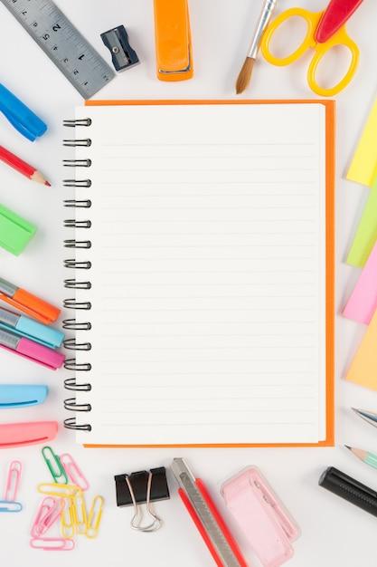 Cuaderno y la escuela o herramientas de oficina sobre for Herramientas de oficina
