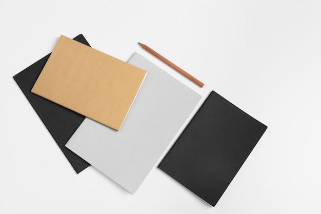 Cuadernos en blanco y un lápiz Foto Premium