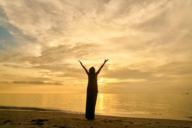 Cuadrado de yoga al aire libre luz del sol Foto gratis