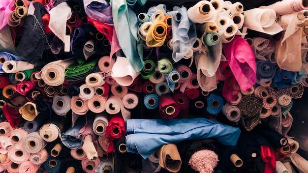 Cuadro completo de rollos de tela de colores. Foto gratis