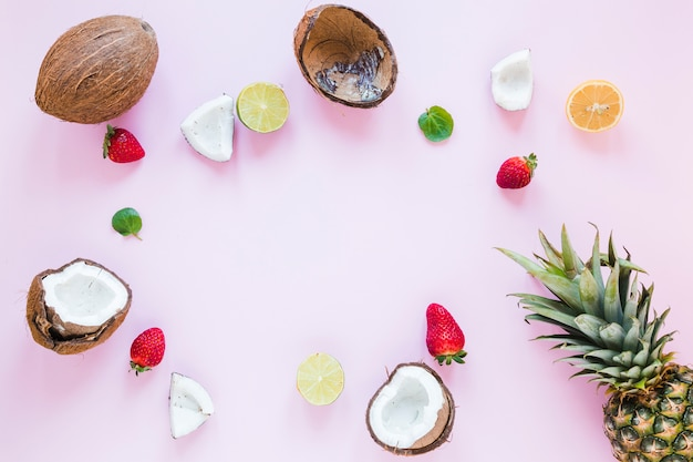 Cuadro de frutas exóticas sobre mesa. Foto gratis