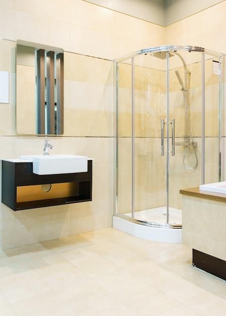 Cuarto de baño interior con paredes blancas, cabina de ...