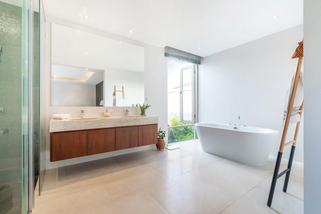 Cuarto de baño de lujo cuenta con lavabo y bañera hogar ...