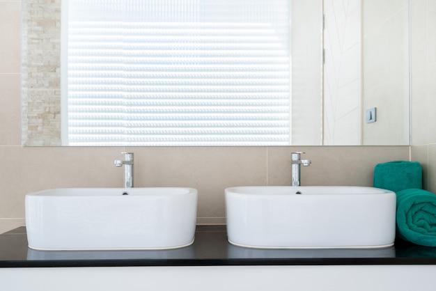 Cuarto de baño de lujo con lavabo, inodoro en la casa o ...
