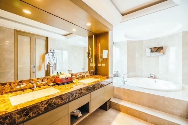 Cuarto de ba o moderno con un espejo grande descargar for Espejos cuarto de bano modernos