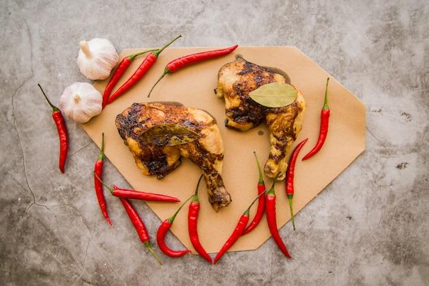 Cuartos de pierna de pollo al horno en la mesa | Descargar ...