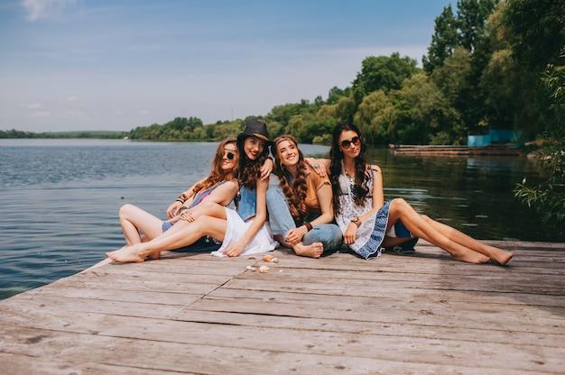 Cuatro Amigas Hermosas En El Muelle Descargar Fotos Premium