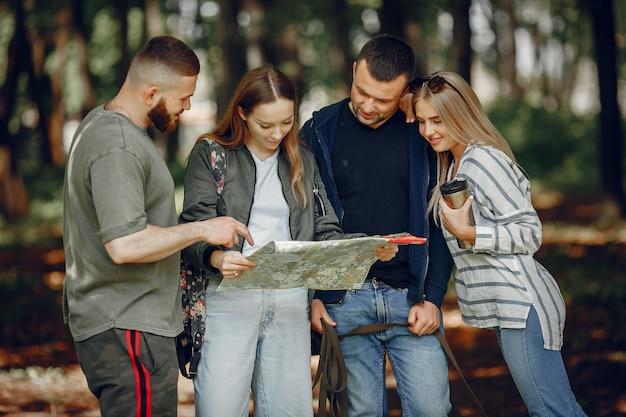 Cuatro amigos descansan en un bosque Foto gratis