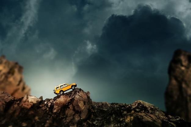 Cuatro por cuatro fuera de carretera cruzando el camino rural. concepto de viajes y carreras para vehículos todo terreno con tracción en las cuatro ruedas. Foto Premium