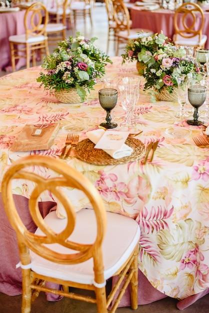 Cubiertos Elegantes Y Arreglos Florales Para Una Mesa En Un