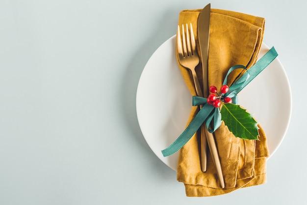 Cubiertos de navidad con servilleta en plato Foto gratis