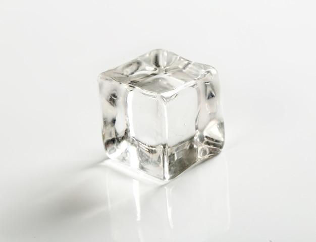 Cubito de hielo en mesa blanca Foto gratis