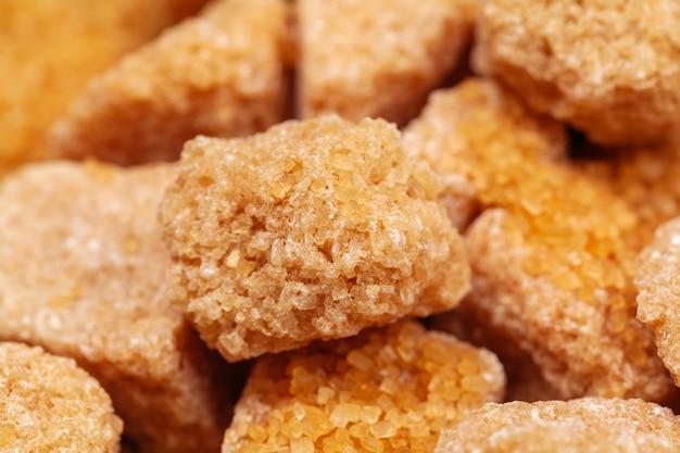 Cubitos de azúcar moreno de caña Foto Premium